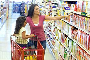 Mama e Hija comprando comida en la tienda